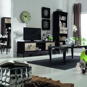 Skrzyniowa kolekcja Laviano to propozycja marki Bydgoskie Meble na aranżację całego mieszkania. Aktualną ofertę, zawierającą meble do sypialni, jadalni, salonu i przedpokoju, uzupełniono o nowość – elegancki i stylowy gabinet, zaprezentowany podczas targów w Ostródzie. Wszystkie elementy kolekcji nawiązują do najlepszych rozwiązań stylistycznych, czerpiących jednocześnie z klasyki i nowoczesności. Laviano charakteryzuje się połączeniem charakterystycznie wygiętych nóżek z litego drewna z dużymi, lśniącymi płaszczyznami frontów oraz metalowymi detalami. Fot. Bydgoskie Meble.