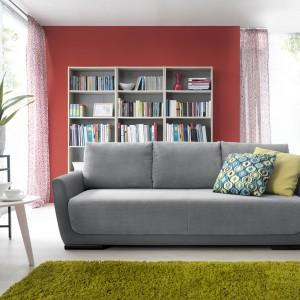 Trzyosobowa sofa Lilo w jasnoszarym, modnym kolorze. Dostępna w tkaninie. Fot. Sweet Sit.