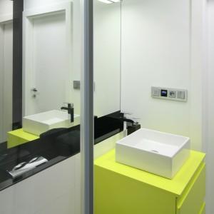 Niewielka łazienka jest wygodna dzięki praktycznemu rozplanowaniu sprzętów. Prysznic został umieszczony w głębi pomieszczenia i zamknięty drzwiami. Fot. Bartosz Jarosz.