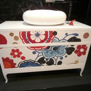 Mozaika ceramiczna wykorzystana na frontach szafki łazienkowe. Fot. Anna Raducha-Romanowicz.