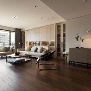 Egzotyczne drewno na podłodze wraz z niskim stolikiem i zestawem wypoczynkowym w kolorze rozbielonej kawy tworzą elegancką, stylowa strefę wypoczynku. Fot. Fertility Design.