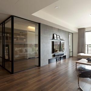 Szklane drzwi nadają wnętrzu przestronności, a do tego są dobrym pomysłem na oddzielenie gabinetu od reszty mieszkania. Fot. Fertility Design.