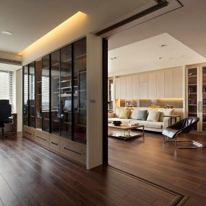Rezygnacja z klasycznych ścian i utrzymanie tej samej kolorystyki w całym wnętrzu pozwala na płynne poruszanie się po mieszkaniu.Fot. Fertility Design.