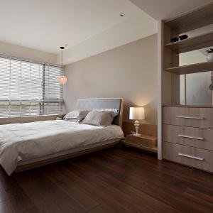 Główne miejsce w sypialni zajmuje wygodne łóżko z miękkim zagłówkiem, które zapewni komfortowe oparcie podczas wieczornej lektury. Fot. Fertility Design.