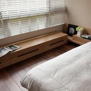 Nisko umieszczona szafka na całej długości okna, to sprytny pomysł na schowanie wszystkich prywatnych rzeczy. Fot. Fertility Design.