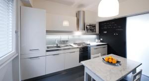 To apartament, który spaja wszystkie pomieszczenia, nadając im odpowiednią barwę i konkretny styl. Zobacz jak za pomocą drobnych kolorowych dodatków można urozmaicić nowoczesne mieszkanie.