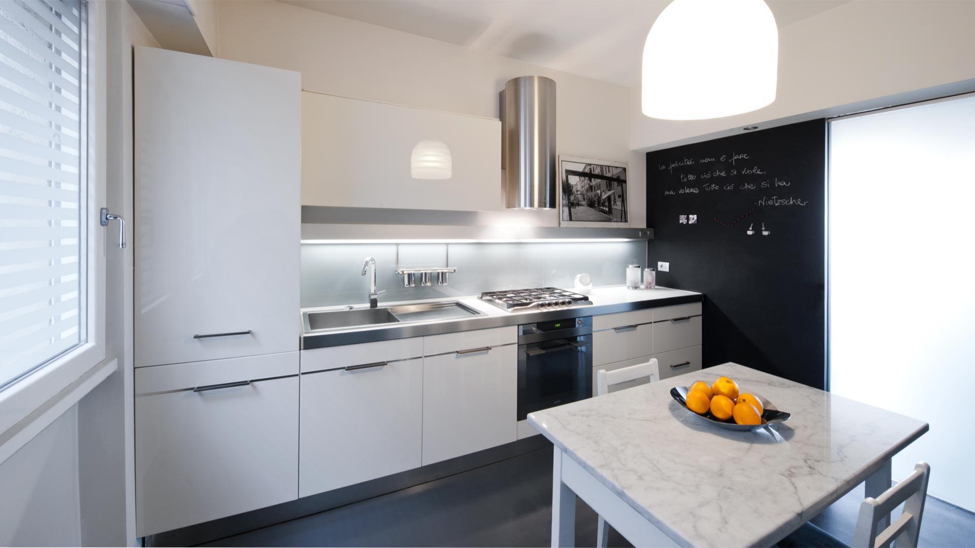 W kuchni wygospodarowano miejsce na wygodną jadalnię. Fot. Archifacturing.