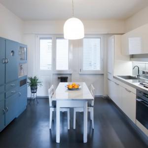 W kuchni światła nigdy za wiele. Duże okno, oświetlenie pod szafkami i nad stołem sprawia, że praca staje się prawdziwą przyjemnością. Fot. Archifacturing.