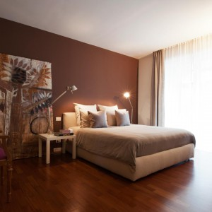 Sypialnia jest bardzo przytulna i ciepła, dzięki zastosowaniu odpowiedniej kolorystyki i światła. Fot. Archifacturing.