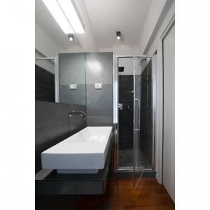 Łazienka dzięki połączeniu bieli i szarości staje się pomieszczeniem naprawdę eleganckim. Fot. Archifacturing.
