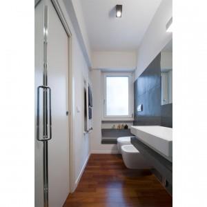 Nie od dziś wiadomo, że z białymi ścianami doskonale komponuje się drewniana podłoga. Fot. Archifacturing.