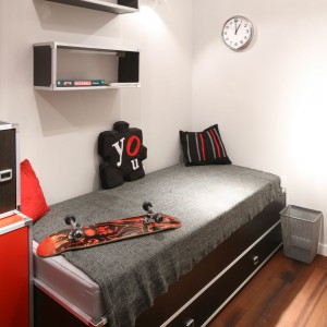 Nowoczesne rozkładane łóżko służy nie tylko do spania. Pełni także funkcję wygodnego siedziska, a duża szuflada może pomieścić nie tylko pościel. Fot. Bartosz Jarosz.