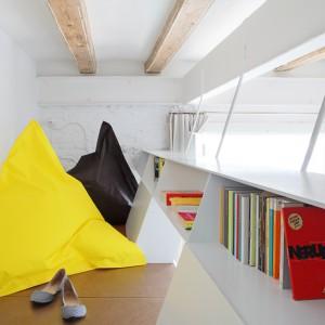 Przestrzeń na półpiętrach można wykorzystać jako dodatkowy schowek lub miejsce wypoczynku z książką. Po wewnętrznej stronie obudowy antresoli zaplanowano kilka podręcznych półek, które mogą pełnić funkcję np. biblioteczki. Fot. Asier Rua.