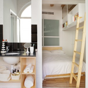 Łazienki otwarto na sypialnie. Ich przestrzeń umownie wydziela posadzka na podłodze. Wykonana została z pięknej tradycyjnej mozaiki, typowej dla stylistyki starych mieszkań w Barcelonie. Fot. Asier Rua.