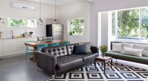Mieszkanie znajdujące się w zabytkowym budynku w Tel-Awiwie zostało zaprojektowane z myślą o pięcioosobowej rodzinie. Główna rolę gra tu światło, które eksponuje biel.