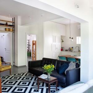 Mieszkanie dla młodej rodziny z dziećmi jest nowoczesne i urządzone w stylu odpowiadającym dorosłym, ale i dopasowane pod każdym względem do potrzeb młodszych domowników.Fot. Galit Deutsch.