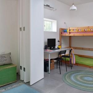 We wszystkich kącikach do pracy, zarówno u dzieci, jak i rodziców umieszczono te same metalowe proste krzesełka. Fot. Galit Deutsch.