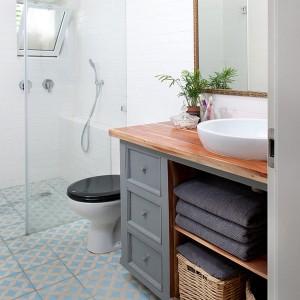 Zgodnie z najnowszymi trendami, w łazience zrezygnowano z tradycyjnego brodzika, a posadzka pod prysznicem została wykończona płytkami, co pozwoliło zachować jednolitość podłogi. Fot. Galit Deutsch.