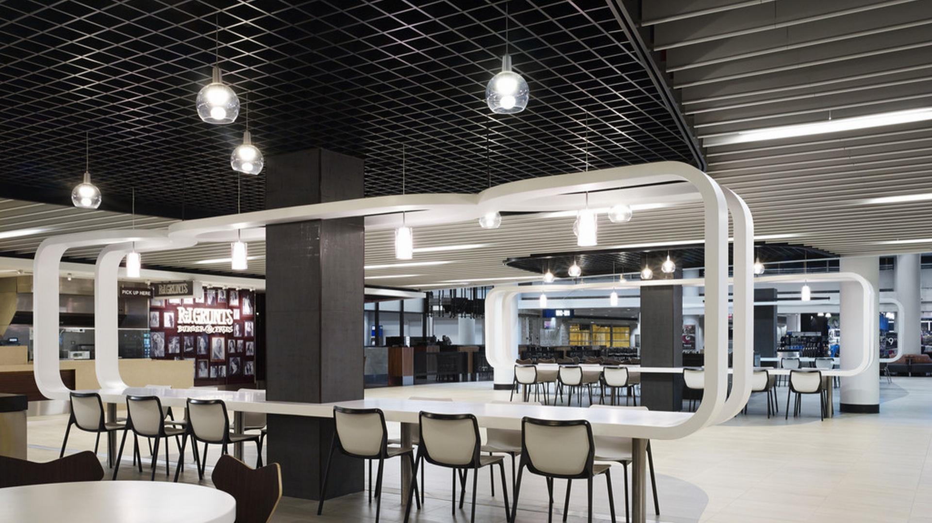Biel i czerń na suficie – modułowe płyty akustyczne nadają wnętrzu charakter  oraz tłumią hałas w restauracjach i  otwartych strefach food court. Fot. Rockfon