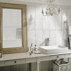 Antico/Arke  Paradyż to kolekcja płytek w stylu rustykalnym. Surowa, lakierowana biel płytek ściennych daje poczucie przestrzeni oraz kreuje buduarowy klimat łazienki. Fot. Ceramika Paradyż.