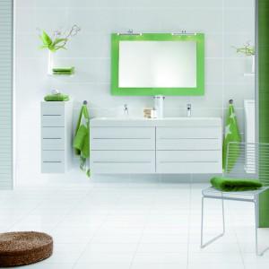 Blancos firmy Ceramica Ribesalbes stanowią idealne tło dla zielonych dodatków oraz roślin i podkreślają soczysty charakter zieleni. Fot. Ceramica Ribesalbes.