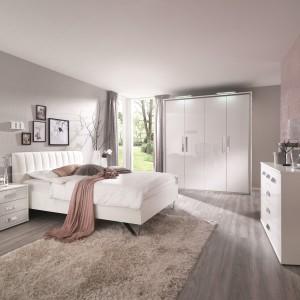 Delikatne, szare ściany doskonale komponują się w połączeniu z nowoczesnymi, białymi formami mebli. Fot. Roche Bobois.