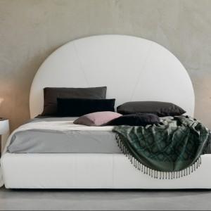 Szare ściany stanowią doskonałe tło dla białych mebli. Fot. Catellan Italia.