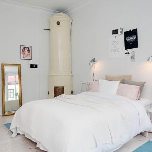 W rogu sypialni znajduje się stary kaflowy piec. Choć na dzień dzisiejszy nie można w nim palić, stanowi on oryginalny akcent dekoracyjny. Fot. Alvhem Makleri.
