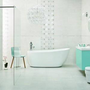 Kolekcja Nirrad/Niro Ceramiki Paradyż, to dowód na to, że jasna łazienka zawsze jest modna. Bardzo czyste w formie płytki w kolorze perłowej bieli lub delikatnej szarości tworzą przestronne jasne wnętrze. Fot. Ceramika Paradyż.