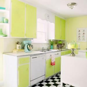 Delikatny, lekko wyprany odcień limonki na ścianie w kuchni stanowi kolorystyczną całość z frontami szafek. Dzięki temu, że kolorowe akcenty są utrzymane w stonowanych, jasnych tonacjach, podłogę można było wykończyć wzorem szachownicy. Fot. Benjamin Moore