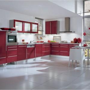 Kolory w kuchni mogą być jaskrawe lub stonowane. W tym wypadku meble kuchenne z bordowymi frontami tworzą elegancką, niekrzykliwą kompozycję z białymi ścianami i podłogą Fot. Impuls, meble z programu IP 2800.