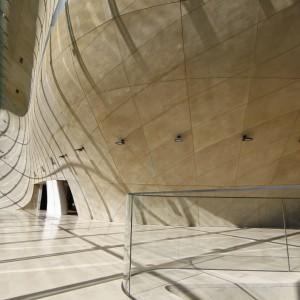"""Szklana fasada Muzeum tworzy """"Największe okno w Warszawie"""". Pokrywające je szkło ma kolor zielony, a zespolone szyby (zawieszone na 28 żebrach) tworzą przezroczystą taflę o łącznej powierzchni 608 m2 i ciężarze 78 ton. Fot. Muzeum Historii Żydów Polskich Polin."""