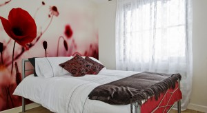 Czerwień doda wnętrzu charakteru i energii, ale powinniśmy stosować ją bardzo ostrożnie. Zobaczcie sypialnie, w których zdecydowano się na czerwone ściany, tkaniny lub dodatki.