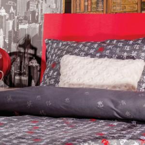 Pościel z czerwonymi elementami doskonale się sprawdzi się w nowoczesnej sypialni.Fot. Home&you.