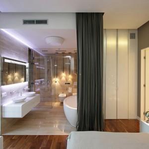 W sypialni wydzielono także miejsce na łazienkę, którą w razie potrzeby można oddzielić kotarą. Fot. Svoya studio.