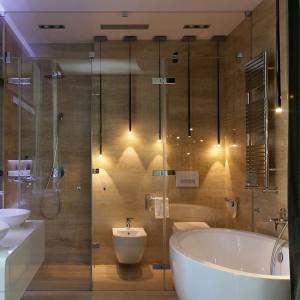 Łazienka w sypialni jest naprawdę duża i funkcjonalna. Fot. Svoya studio.