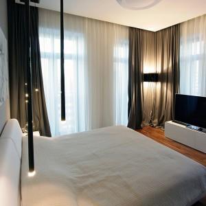 Niepowtarzalny klimat wprowadza do wnętrza oświetlenie, dzięki któremu sypialnia staje się miejscem niezwykle nastrojowym. Fot. Svoya studio.