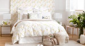 Planując wystrój sypialni powinniśmy zadbać o właściwy dobór oświetlenia. Poza ogólnym źródłem światła ważne są punkty dodatkowe: lampki obok łóżka czy lampydekoracyjne.