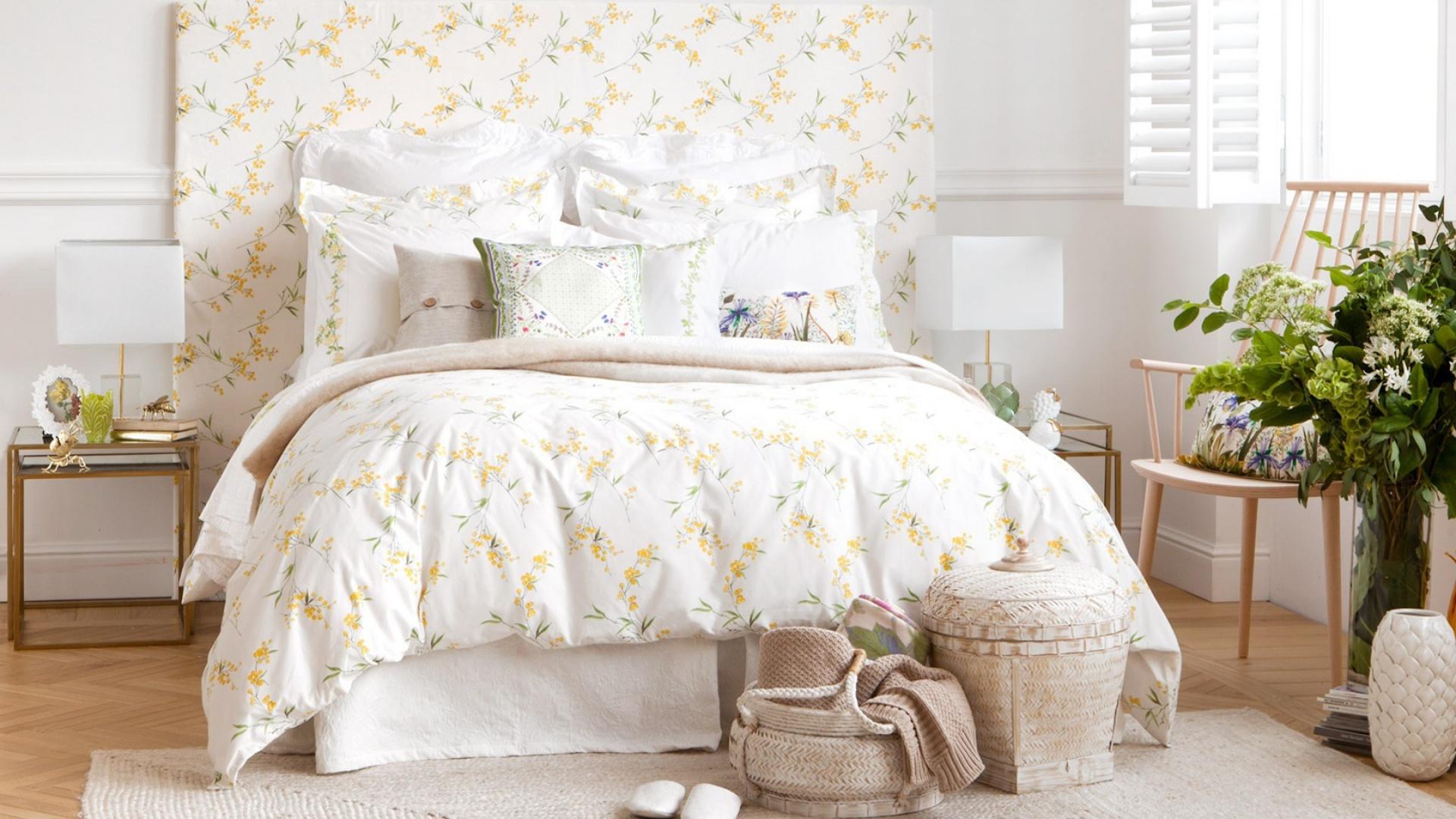 Klasyczne lampki ustawione  na stolikach nocnych po obu stronach łóżkach zapewniają właściwe oświetlenie. Geometryczne formy lamp dobrze komponują się z wystrojem sypialni. Fot. Zara Home.
