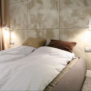 Małe kinkiety zamocowane do ściany dają wystarczającą ilość światła w niewielkiej sypialni. Projekt: Lucyna Kołodziejska. Fot. Bartosz Jarosz.