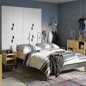 Dwie umieszczone za wezgłowiem stojące, delikatne lampy z regulowanym źródłem światła przydają się podczas czytania w łóżku. Fot. IKEA.
