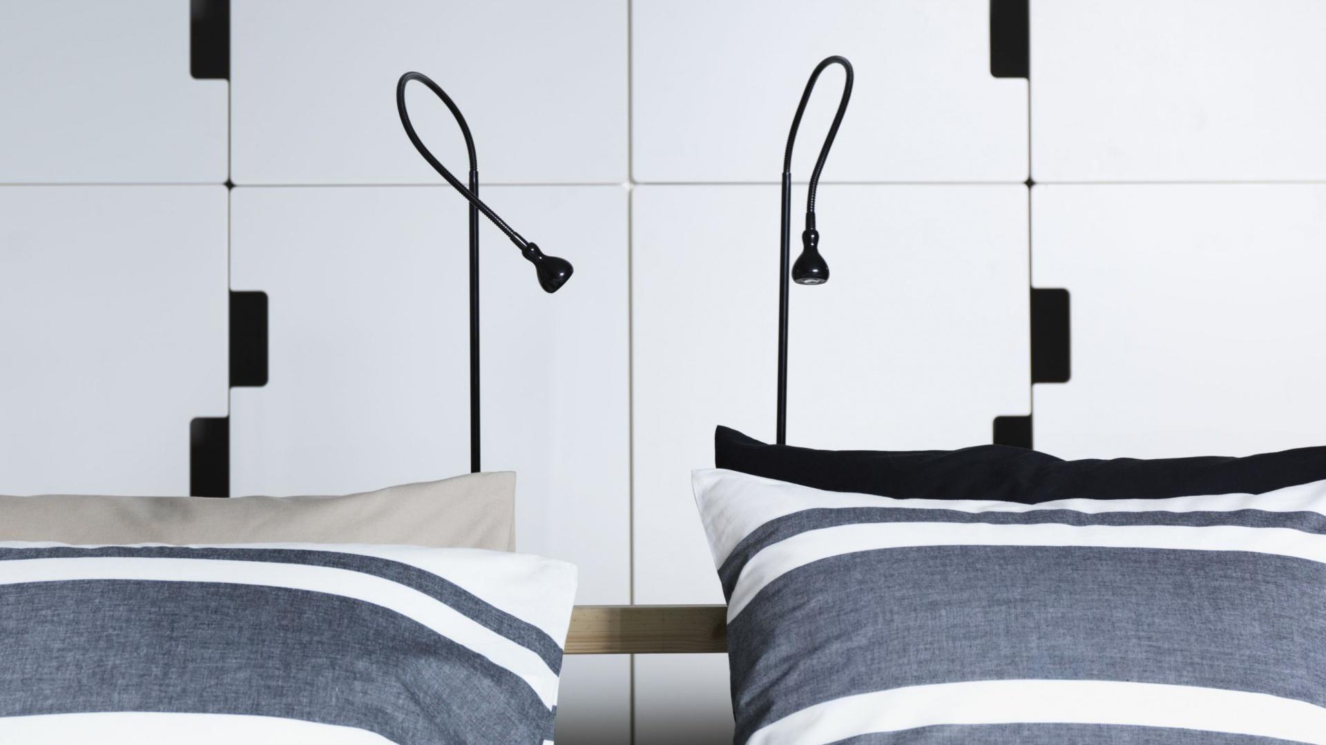 Lampa podłogowa LED Jansjo dostępna w dwóch kolorach: białym i czarnym. Dzięki niewielkim rozmiarom lampka dobrze sprawdzi się także w małych sypialniach. Fot. IKEA.