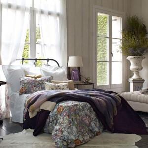 Klasyczne lampki nocne z modną podstawą wykonaną z kolorowego szkła. Fot. Zara Home.