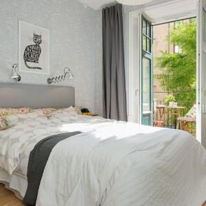 Dwie lampki umieszczone symetrycznie nad łóżkiem gwarantują dobre, równomierne oświetlenie i stanowią praktyczne rozwiązanie. Fot. Alvhem Mäkler.