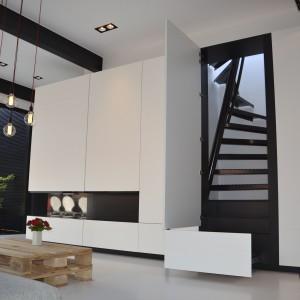 Z mieszkania na płaski dach, pełniący rolę tarasu prowadzą schody. Chcąc zaoszczędzić maksymalnie przestrzeń, architekci zamknęli je w klatce schodowej, której powierzchnia nie przekroczyła 1 metra kwadratowego. Nieużywane chowają się za drzwiczkami, tworzącymi jednorodną płaszczyznę ze ścianą. Fot. Aeon Architecten.