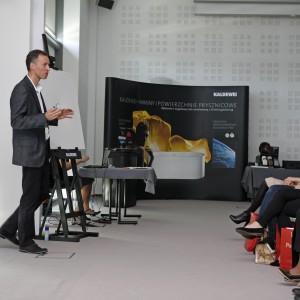 Prezentacja Marka Piosika z firmy Kaldewei – w tle stoisko Kaldewei.