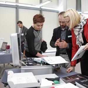 Rafał Hampel pokazuje architektom rozwiązania i produkty w katalogu firmy Hansgrohe.
