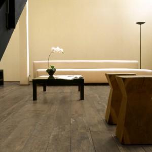 Płytki podłogowe imitujące drewno z kolekcji Village Wood marki Porsixty o rustykalnym wyglądzie. Fot. Porsixty.