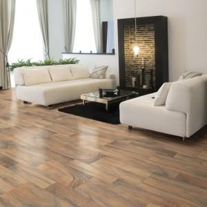 Eleganckie płytki podłogowe z kolekcji Tropico marki Cristal Cer imitująca naturalny rysunek drewna o ciepłym wybarwieniu. Fot. Cristal Cer.