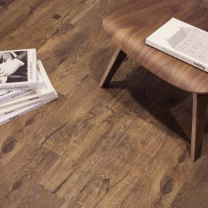 Płytki podłogowe z kolekcji Couvet marki Aparici w pełni naśladują naturę drewna wraz z jego wszystkimi niedoskonałościami. Fot. Aparici.